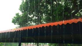 Starker Regen über dem Dach stock footage
