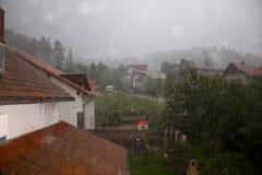 Starker Regen über Dorf Stockfotografie