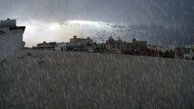 Starker Regen über Gebäudeoberfläche stock video