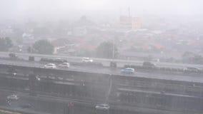 Starker Regen auf den Straßen der Hauptstadt Jakarta stock footage