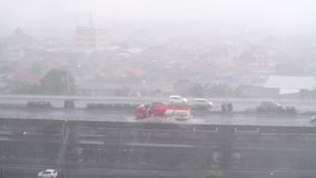 Starker Regen auf den Straßen der Hauptstadt Jakarta stock video