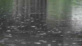 Starker Regen auf Fluss stock video