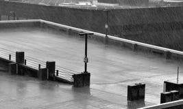 Starker Regen auf leerem Parkplatz Stockfotografie