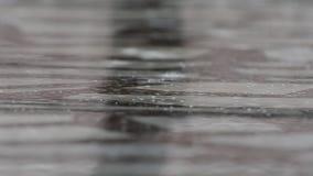 Starker Regen auf Wasser stock video
