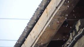 Starker Regen, der auf eine Dachspitze und -betrieb unten in den breiten Strömen fällt stock video footage
