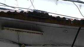 Starker Regen, der von einem alten Dach fällt stock video footage