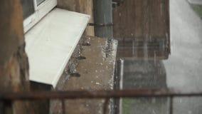 Starker Regen des schlechten Wetters mit Hagel nahe dem Haus stock video