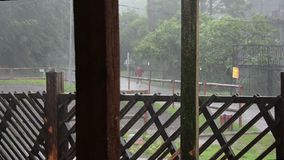 Starker Regen Hurrikan über der Stadt stock video footage