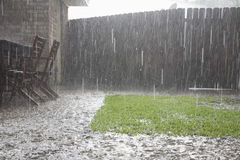 Starker Regen im Hinterhof Stockfotografie
