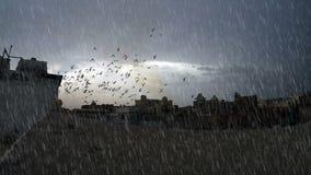 Starker Regen mit bewölktem Himmel über Gebäudeoberfläche stock footage