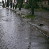Starker Regen Riesige Pfütze Flut in der Stadt Stockbilder
