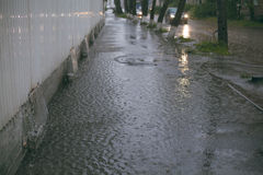 Starker Regen Riesige Pfütze Flut in der Stadt Lizenzfreies Stockbild