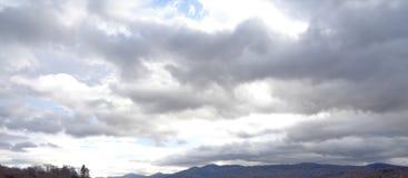 Starker Regensturm, der über Gebirgsrücken aufkommt Lizenzfreies Stockfoto