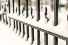 Starker Roheisen-Zaun und Winter Stockfotos