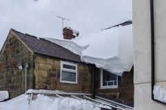 Starker Schnee auf Dach bevor dem Fallen durch Konservatorium unten Stockbilder