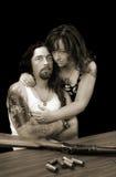 Starker sexy Mann mit starker sexy Frau und einer Schrotflinte mit Oberteilen stockbild