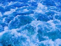 Starker Strom des vibrierenden blauen Wassers Stockfotos