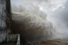 Starker Strom des Wassers an der Verdammung hydroelektrisches Hoa Binh, Vietnam Stockfotos