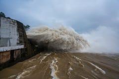 Starker Strom des Wassers an der Verdammung hydroelektrisches Hoa Binh, Vietnam Stockfotografie