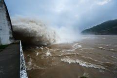 Starker Strom des Wassers an der Verdammung hydroelektrisches Hoa Binh, Vietnam Lizenzfreies Stockfoto