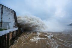 Starker Strom des Wassers an der Verdammung hydroelektrisches Hoa Binh, Vietnam Lizenzfreies Stockbild