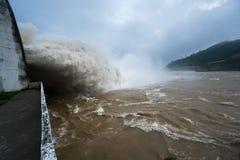Starker Strom des Wassers an der Verdammung hydroelektrisches Hoa Binh, Vietnam Stockbilder