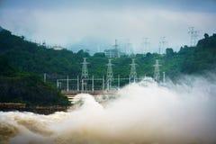 Starker Strom des Wassers an der Verdammung hydroelektrisches Hoa Binh, Vietnam Lizenzfreie Stockfotos