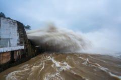 Starker Strom des Wassers an der Verdammung hydroelektrisches Hoa Binh, Vietnam Stockbild