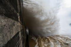 Starker Strom des Wassers an der Verdammung hydroelektrisches Hoa Binh, Vietnam Stockfoto