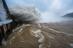 Starker Strom des Wassers an der Verdammung hydroelektrisches Hoa Binh, Vietnam Lizenzfreie Stockfotografie