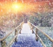 Starker Sturm auf einer Holzbrücke Lizenzfreie Stockfotografie