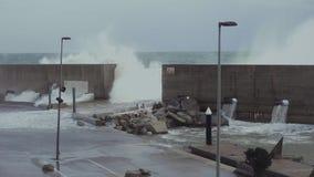 Starker Sturm auf Seeufer stock video footage