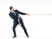Starker und überzeugter führender Vertreter der Wirtschaft Seitenansicht des Geschäftsmannes in der Klage, die ein Seil bei der S Lizenzfreies Stockfoto