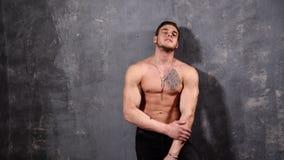 Starker und muskulöser Mannbodybuilder, der seine Weste aufwirft und öffnet Vervollkommnen Sie sechs Satz-ABS eines muskulösen ju stock video footage