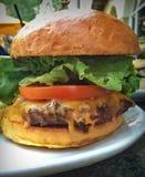 Starker und saftiger Cheeseburger Stockbild