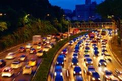 Starker Verkehr, der die Straße in der Dämmerung, Kuala Lumpur weitergeht lizenzfreies stockfoto