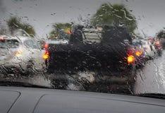 Starker Verkehr im Regen Stockbilder