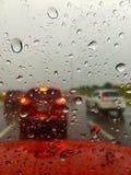 Starker Verkehr während des Regensturms Stockfotos