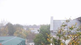 Starker Wind, die Ansicht vom Fenster stock video