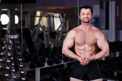 Starker zerrissener erwachsener Mann mit perfekter ABS, Schultern, Bizeps, Tri stockbild