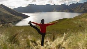Starkes übendes Yoga junger Latina-Frau allein vor der Mojanda-Lagune stockbilder