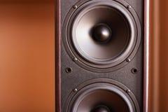 Starkes Audiosystem. Nahaufnahmeansicht des schwarzen Basses stockbilder