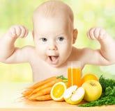 Starkes Baby, Mahlzeit der frischen Frucht und Saftglas Stockfotografie