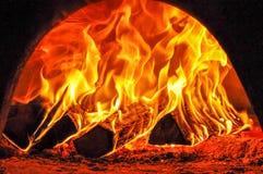 Starkes Feuer im Ofen stockfotografie
