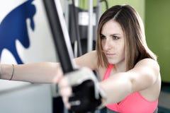 Starkes Frauengewichtheben am Turnhallenschauen Stockfoto