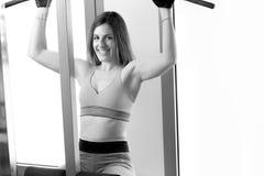 Starkes Frauengewichtheben am Turnhallenschauen Lizenzfreie Stockbilder