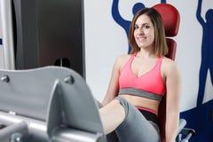 Starkes Frauengewichtheben am Turnhallenschauen Stockfotos