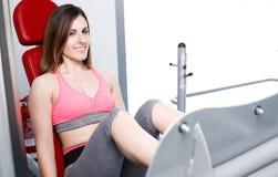 Starkes Frauengewichtheben am Turnhallenschauen Stockfotografie