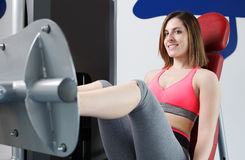 Starkes Frauengewichtheben am Turnhallenschauen Lizenzfreie Stockfotografie