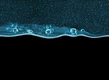 Starkes Gel des transparenten Türkises mit Blasen auf schwarzem Hintergrund Lizenzfreie Stockbilder